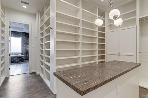 Houston suburbs, Luxurious 2-story home, Natural lighting, Brightly illuminated kitchen, Large Master Bedroom with Seating Area, White cabinetry and a coffered ceiling, Gorgeous walk-in shower and separate tub, Spacious covered outdoor living space with build-in grill